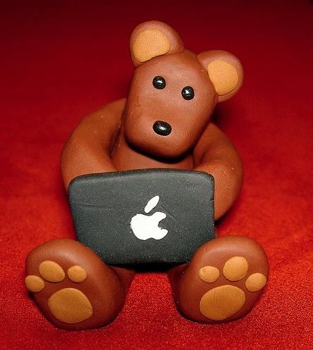 Obrázek Méďa používá MacBook
